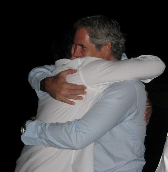 Un abrazo que desafía al tiempo